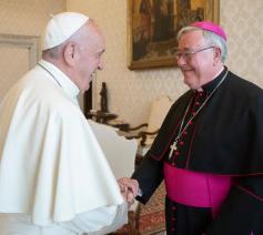 Paus Franciscus en de Luxemburgse aartsbisschop Jean-Claude Höllerich  © COMECE