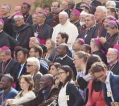Paus Franciscus te midden van de deelnemers aan de bisschoppensynode over jongeren, geloof en roeping in oktober 2018  © Emmanuel Van Lierde
