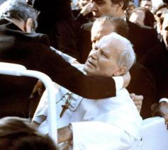 Paus Joannes Paulus II meteen na de aanslag © VaticanMedia