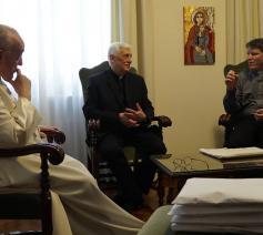 Paus Franciscus, generale overste van de jezuïeten Arturo Sosa Abascal en Pascal Calu © jesuits.global