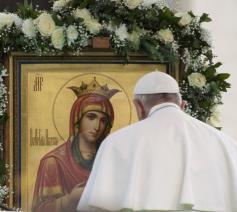 Paus Franciscus in gebed voor een Mariaicoon © VaticanNews