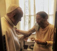 Paus Franciscus ontmoet Edith Bruck op haar flat in Rome © VaticanMedia