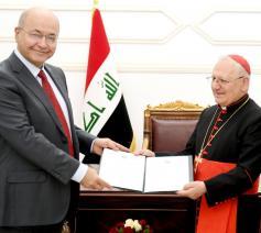 President Barham Salih van Irak overhandigt aan patriarch Louis Raphael Sako van de Chaldeeuwse kerk de officiële uitnodiging voor paus Franciscus © RR