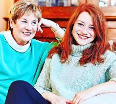 Connie Neefs (links) in de sofa bij haar dochter Hannelore Candries in Mechelen.  © Jorick Michiels