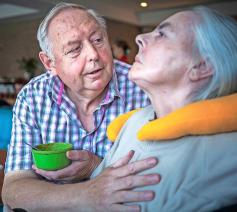 """""""Nabijheid is alles."""" Bernard Gabriëls hielp zijn echtgenote zo lang als mogelijk. © © Leo De Bock"""