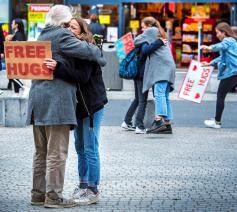 Leerlingen delen gratis knuffels uit, een extra godsdienstles. © Frank Bahnmüller