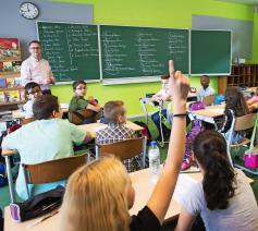 Franstalig onderwijsminister Marie-Martine Schyns (cdH) op schoolbezoek.  © Belga Image