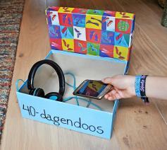 Hoofdtelefoon en gsm in de doos. Minderen maakt ruimte om te meerderen, in vriendschap of gebed © Martine Croonen