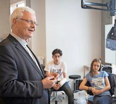 Mgr. Patrick Hoogmartens in gesprek met middelbare scholieren. © Mine Dalemans