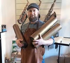 Karel Goetghebeur zoekt vooral grote granaathulzen om er alt- en tenorsaxofoons van te maken.  © © Adolphe Sax & Co