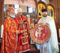 Priester Ivan Moiseitsiik (rechts) in de liturgie met bisschop Johan Bonny en archimandriet Serge Gajek. © © Dmitro Derkach