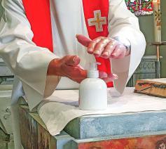 Het reinigen van de handen is nu geen louter symbolische handeling meer. © Christof Bouweraerts