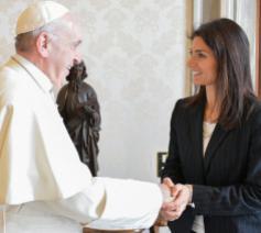 Paus Franciscus met Virginia Raggi, de burgemeester van Rome © Vatican Media