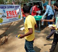 Vrijwilligers van het aartsbisdom Ranchi delen gratis lunchpakketten uit aan familieleden van coronapatiënten aan een van de openbare ziekenhuizen van de stad © VaticanNews