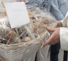 De gevangenen schonken een mand brood als uiting van hun genegenheid © Vatican Media