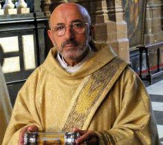 Diaken Luc Neels draagt de relieken van Sint-Donaas