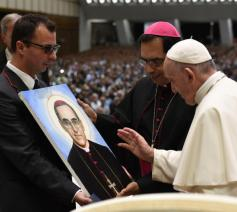 Paus Franciscus zegent een portret van de heilige Oscar Romero © Vatican Media