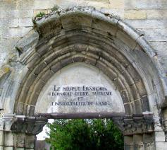 Inscriptie die herinnert aan de cultus van het Oppmerwezen op het portaal van de ruïnes van de collegiale Sint-Thomaskerk in Crépy-en-Valois © RR