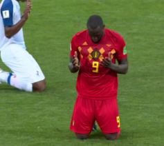 Lukaku bidt na de wedstrijd © (c)Kerknet