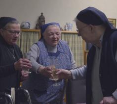 De zusters klinken op het nieuwe jaar in 'Traag naar de hemel'. © rr