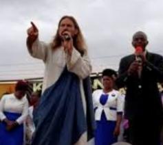 De Jezus-imitator gaf in Kenia ook enkele toespraken. © YouTube