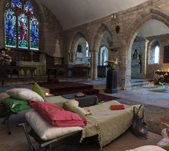 Vooral in het Verenigd Koninkrijk zetten steeds meer religieuze gebouwen hun deuren open voor kampeerders.  © Facebook Champing.co.uk