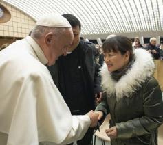 De paus ontmoette de vrouw na afloop van een algemene audiëntie. © Vatican Media