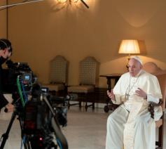Een interview met de paus vormt de rode draad doorheen de vierdelige serie. © Simone Risoluti - Vatican Media