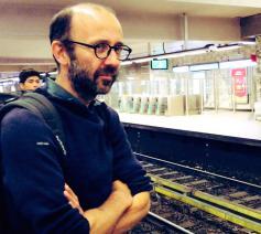 Sébastien de Fooz trekt een maand lang door Brussel op zoek naar de krochten van de stad en van zijn ziel. © Lieve Wouters