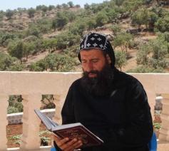 Monnik Sefer Aho Bileçen in het Mor Yacoub-klooster in Tur 'Abdīn © Twitteraccount Assyrian Policy Institute