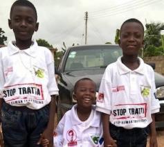 Op het T-shirt van de jongens staat: Stop mensenhandel. © Missioni Don Bosco