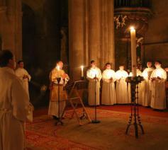 'Heilige Vader, aanvaard in deze glorierijke paasnacht het loflied dat de Kerk U toezingt nu zij haar licht heeft ontstoken.' © Stiftspfarre Heiligen Kreuz (Oostenrijk)