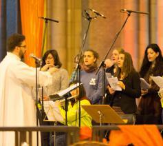 Met geduld en een goede cantor krijg je de hele kerk aan het zingen. © foto: Koen Van den Bossche
