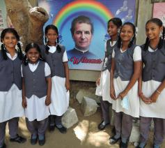 Indische leerlingen met afbeelding Don Bosco © Don Bosco