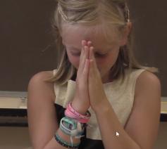 Bo legt uit wat bidden voor haar betekent © kuleuven.be/thomas