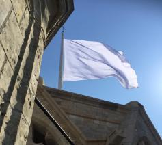 Witte vlag op Sint-Baafskathedraal  © Sint-Baafskathedraal