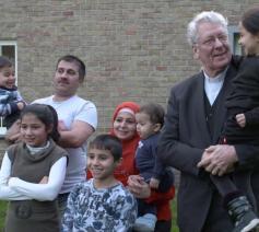 Bisschop Luc Van Looy wordt warm onthaald door het Syrische gezin Ali in Bassevelde. © Jens Steenwinckel