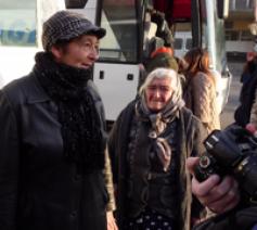 Ouderen, vrouwen en kinderen keren met bussen vanuit Jerevan terug naar Stepanakert © Dustin Hoffmann