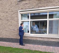 Bisschop Lode Aerts bezoekt bewoners woonzorgcentrum Regina Coeli
