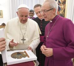 De twee kerkleiders wisselen geschenken uit © Vatican Media