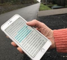 De Bijbelapplicatie van YouVersion lees je overal en in de meest uiteenlopende talen. © Lieve Wouters