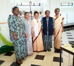 Van links naar rechts: Zr. Angélique Diket, Sr. Roshni Barla, Sr. Lucy Jacob Palliampallithara, Sr. Cécile Ndaya en Sr. Deeptika Silva © ZJM