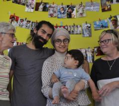Achmad, Eva en kleine Sam samen met Maria en Chris van VZW de Kerit © Tonia Noterman