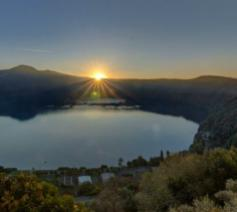 Het uitzicht vanuit de zomerresidentie op het Albanomeer © Vatican Media