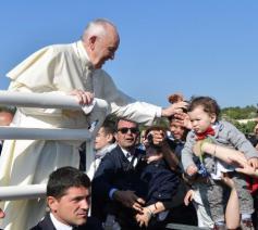 Paus Franciscus groet de gelovigen in Alessano © Vaticaan Media