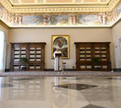 Paus Franciscus in de bibliotheek van het apostolisch paleis © Vatican Media