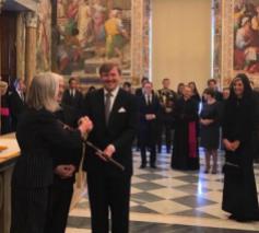 Koning geeft museumdirecteur Saam de baton; tussen beiden in staat jezuïetengeneraal pater Sosa © KRO/Jaime de Bourbon de Parme