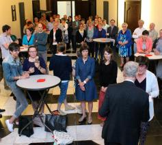 Bisschop Luc Van Looy overhandigt de getuigschriften aan de deelnemers. © Pascal Veeckman