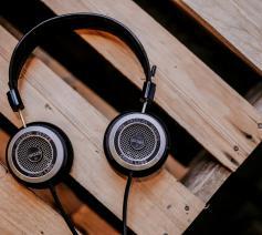 vorming op aanvraag: blijven luisteren © alphacolor by unsplash