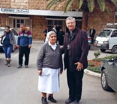 met een zuster van Les soeurs de Saint-Joseph de l'Apparition op bezoek in het ziekenhuis Saint-Louis in Aleppo. © mgr. Johan Bonny